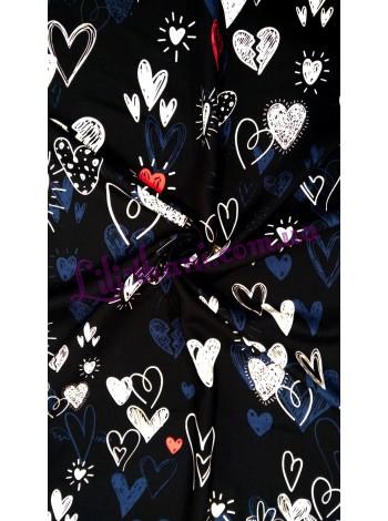 Штапель с принтом сердечки на черном фоне